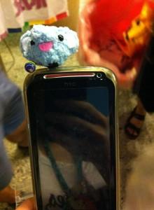 掛著彩虹鈴鐺的大象耳機孔插。這是可愛小gay的手機,因為我要拍它在手機上的照片,於是小gay遞過手機說,「我的借你插」,我聽完大笑了。